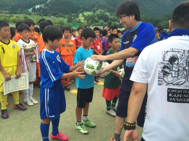 表彰式でキャプテンとして高橋先生から賞品を受け取るキャプテン八幡太晟君