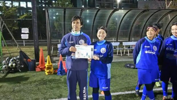 横山監督と飯村選手には社員のお子様が描いてくれた似顔絵がプレゼントされました