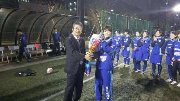 金子代表からキャプテンの片岡へ千羽鶴が贈られました