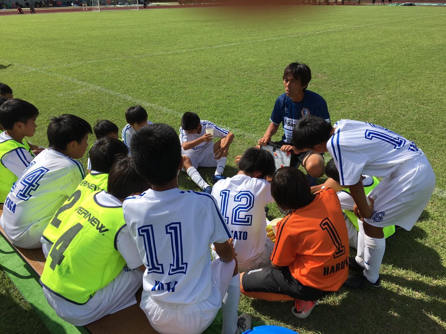 ハーフタイムで横山監督の指示を受ける選手達
