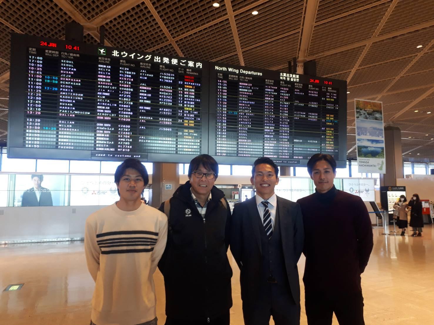 成田空港で出発前(左から)疋田・高橋先生・近藤・尾亦コーチ