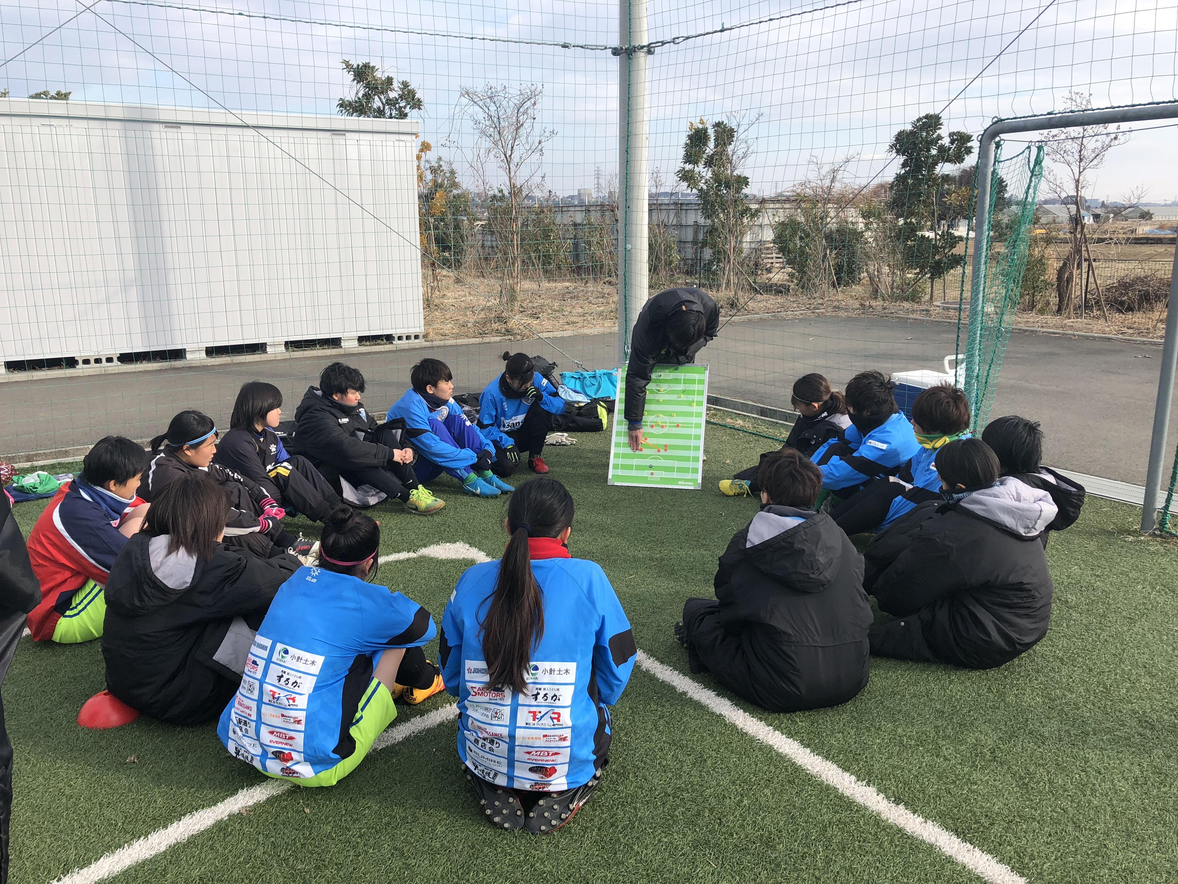 試合前のMTで戦術やテーマを説明する横山監督