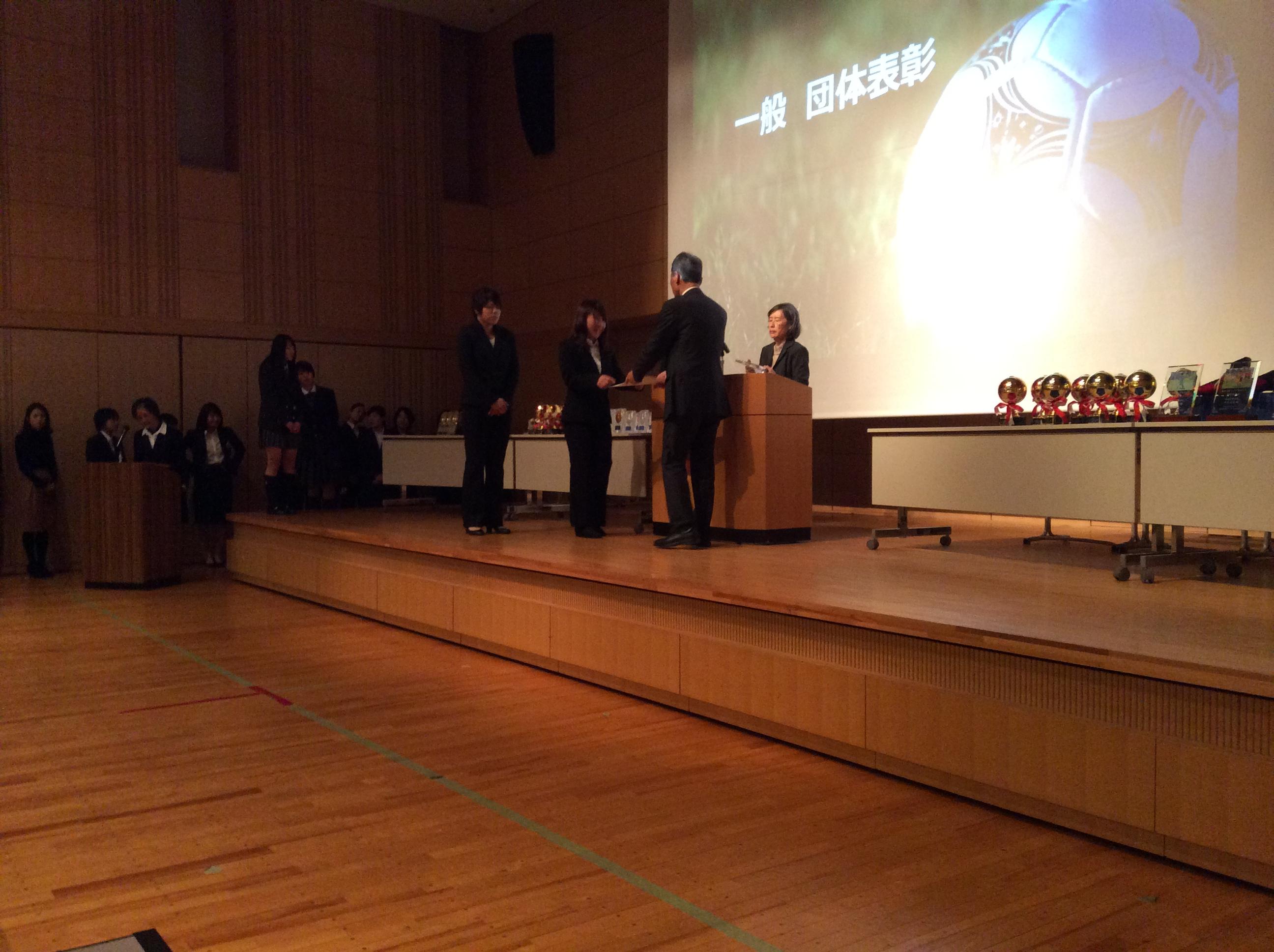壇上で表彰を受ける廣田