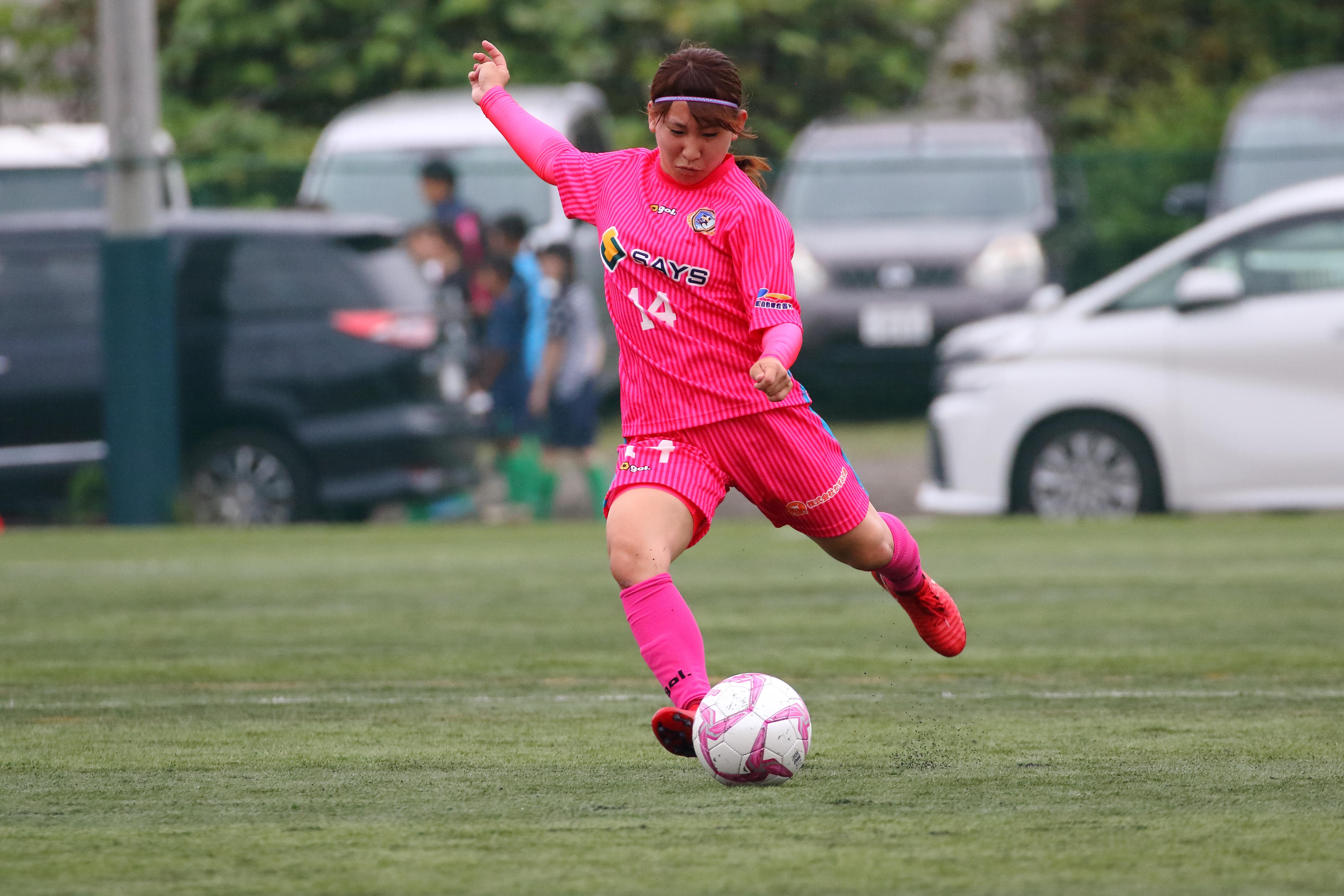 FKからゴール前へボールを上げるMF廣田