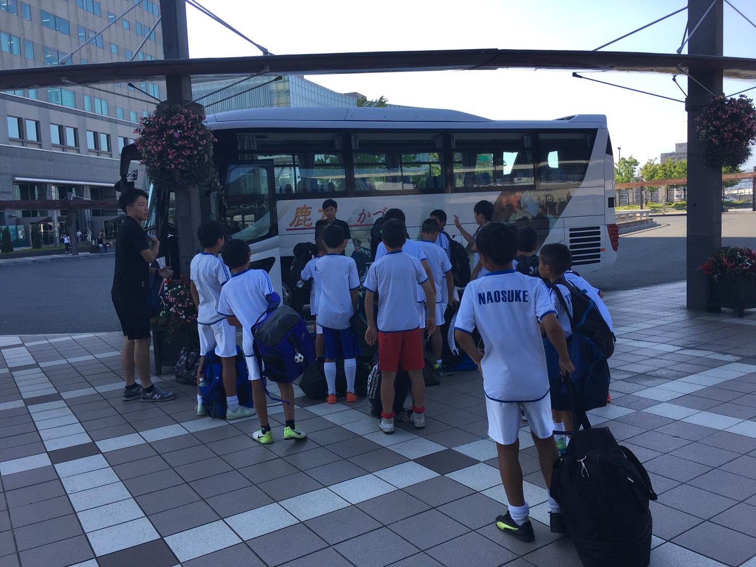 バスに乗り込む選手