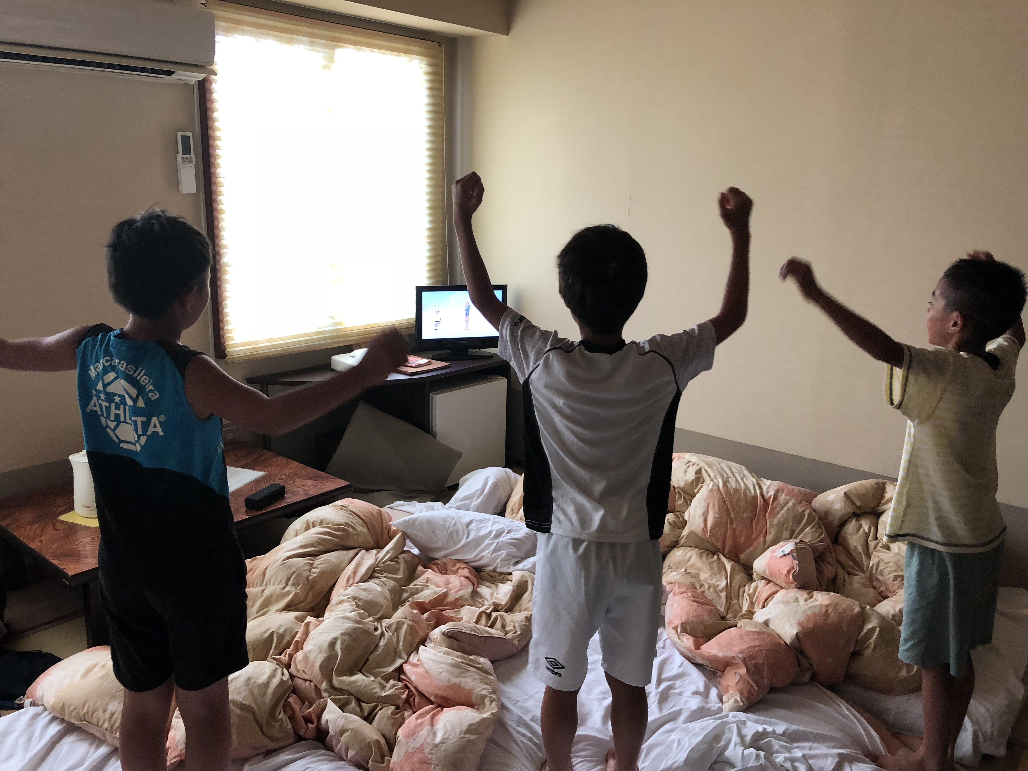 テレビを見ながらラジオ体操している選手