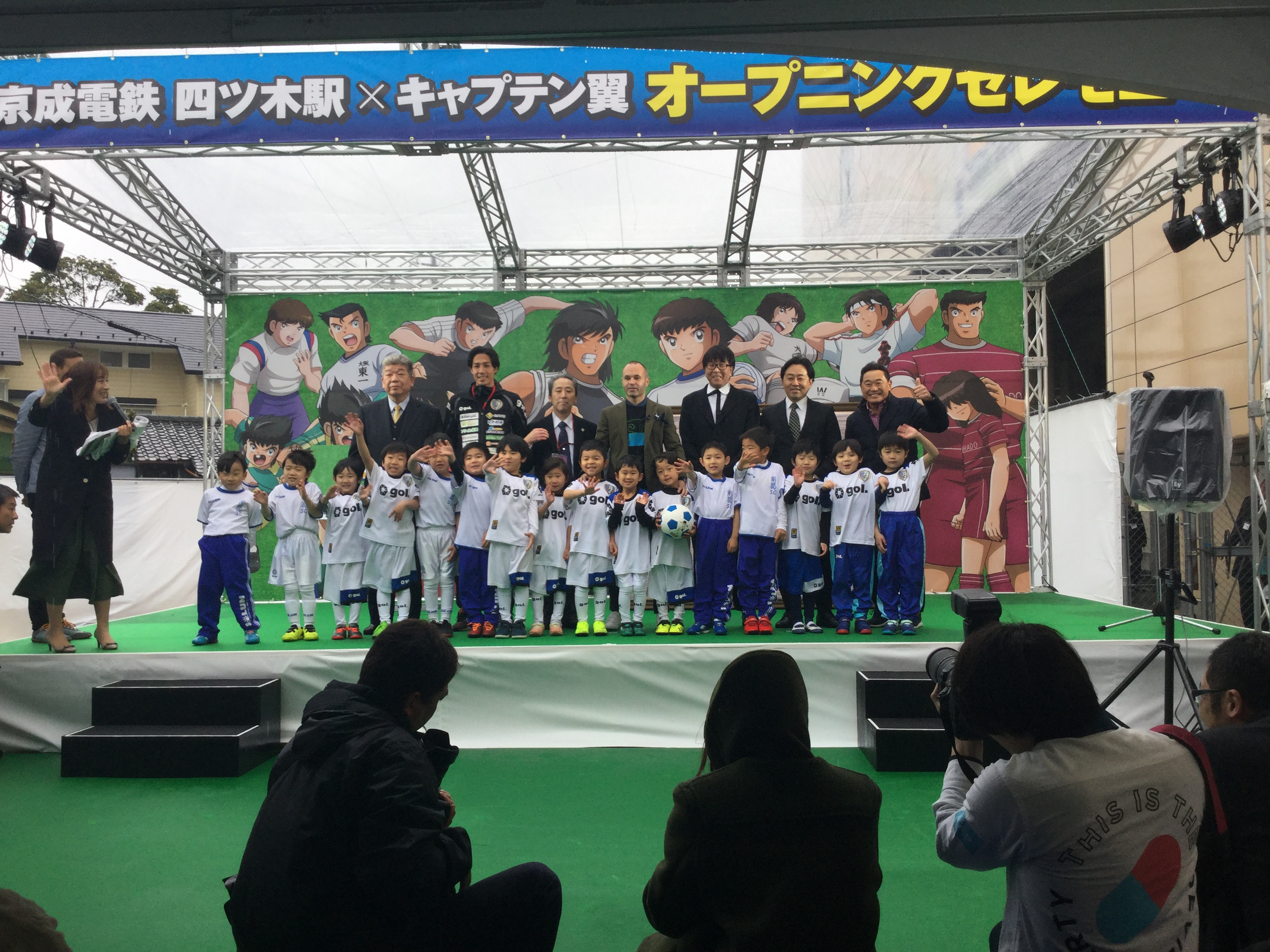 スクール生も登壇して高橋先生、イニエスタ選手と